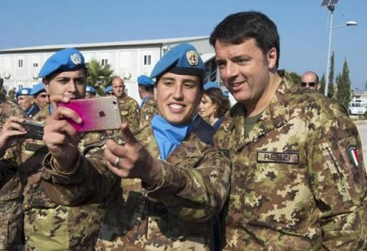 selfie renzi soldatessa