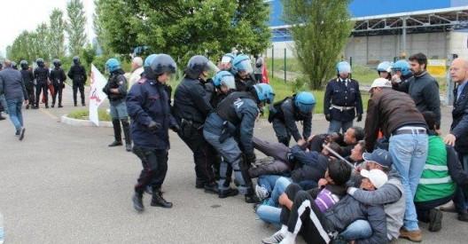 polizia contro picchetto ikea